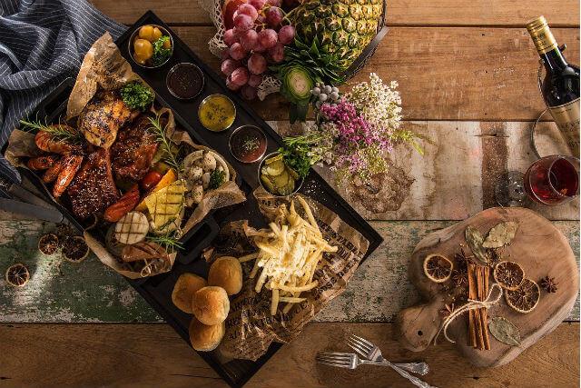 テーブルの上に置かれた料理