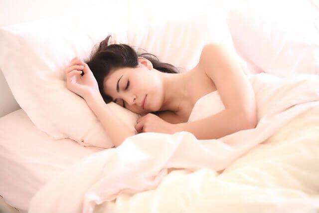 ベッドで休んでいる女性