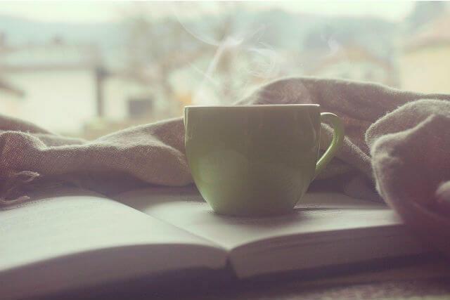 本とティーカップ